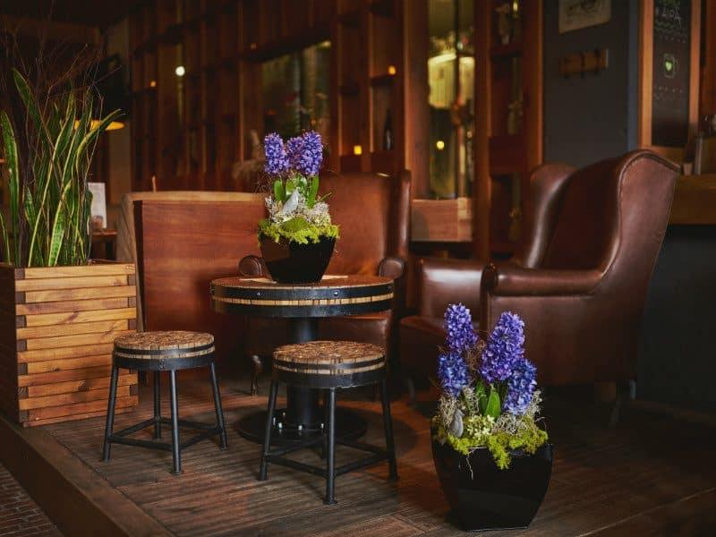 Aranżacja z Hiacyntów, kompozycja sztuczne kwiaty, wiosna 2017 trendy, wielkanoc