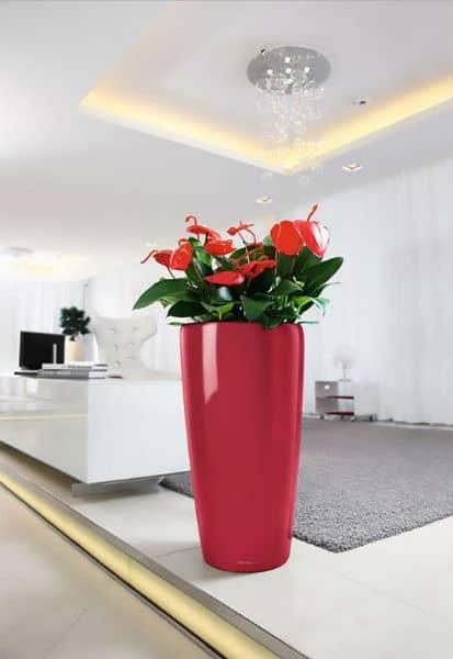 sztuczne aranżacje w wysokich donicach z kwiatami