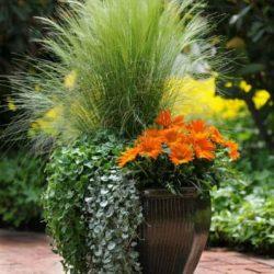 kompozycja sztuczne kwiaty i trawy